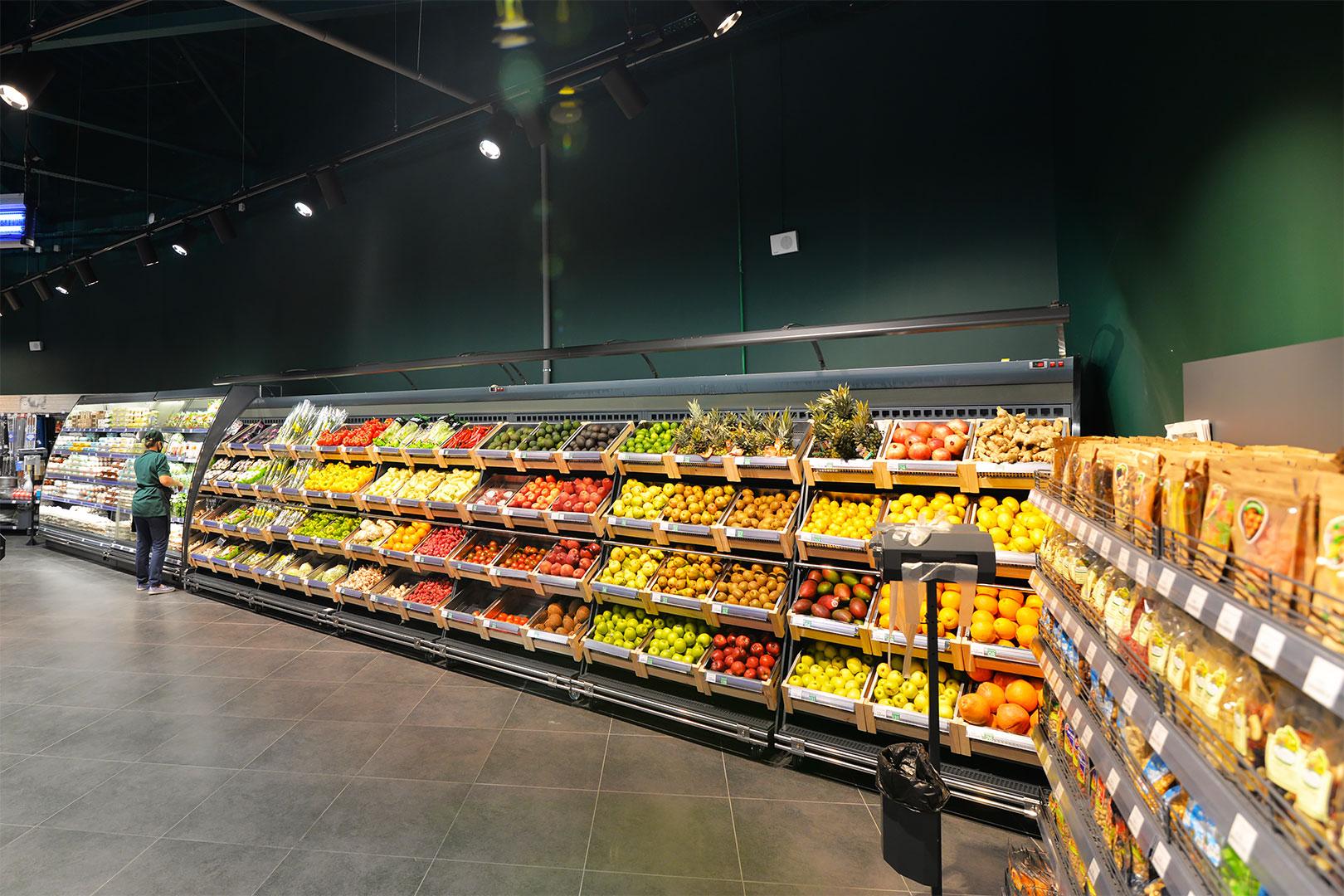 """Schrägvitrinen für den Verkauf von Gemüsen und Obst Louisiana VF MV 095/110 VF M im Supermarkt """"City Market"""""""
