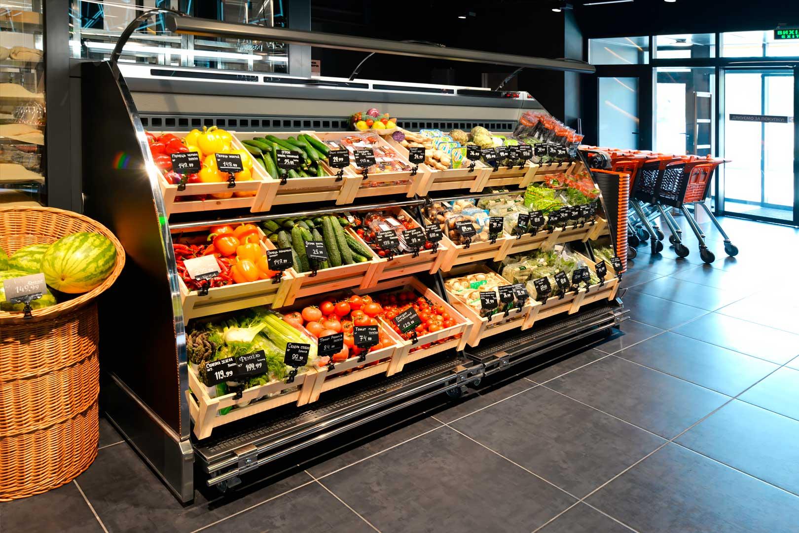 """Schrägvitrinen für den Verkauf von Gemüsen und Obst Louisiana VF MV 095/110 VF M im Supermarkt """"Favore"""""""