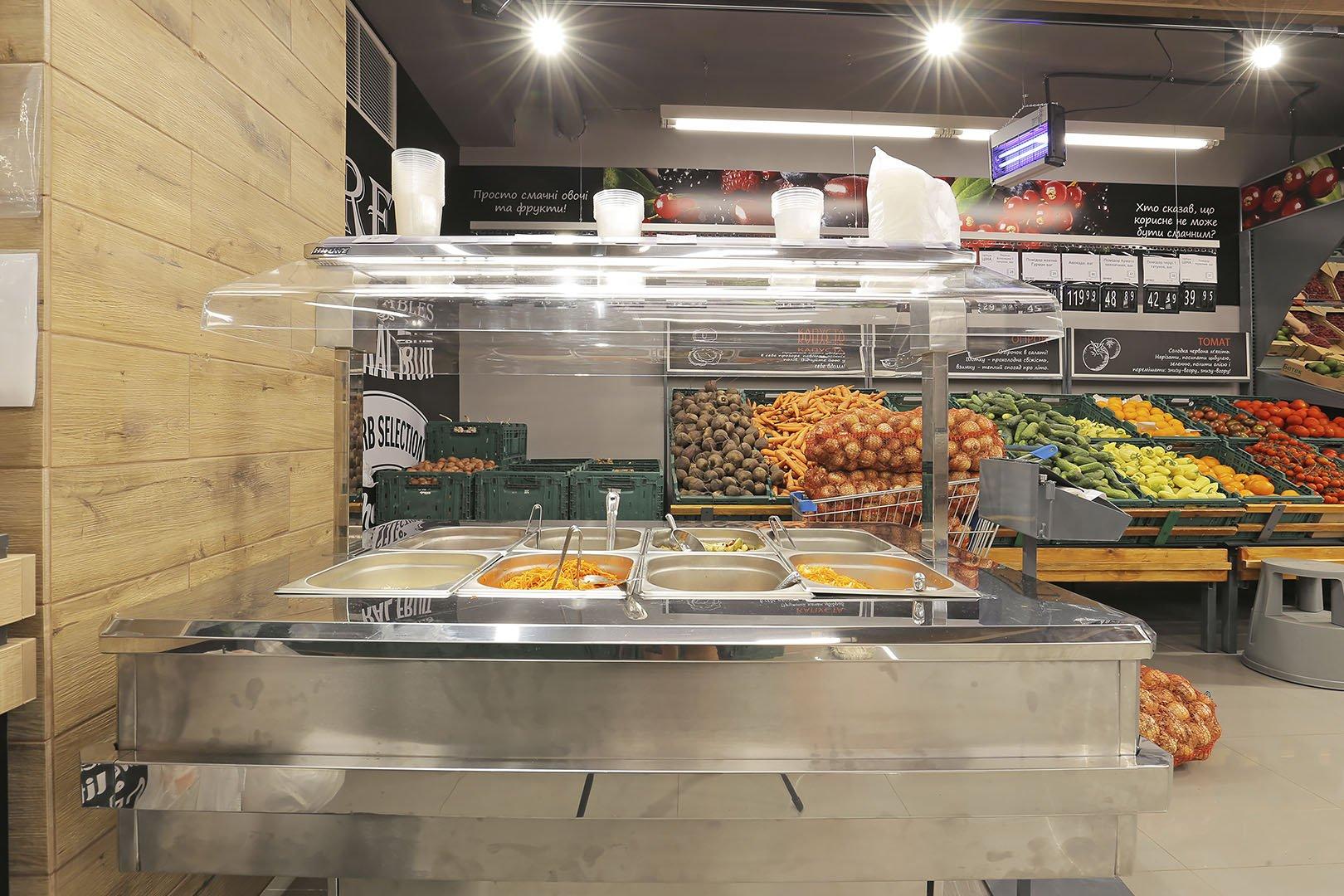 """Präsentationsvitrinen für den Verkauf von Salzgemüsen Virginia AH 100 pickles self R А im Supermarkt """"Varus"""""""