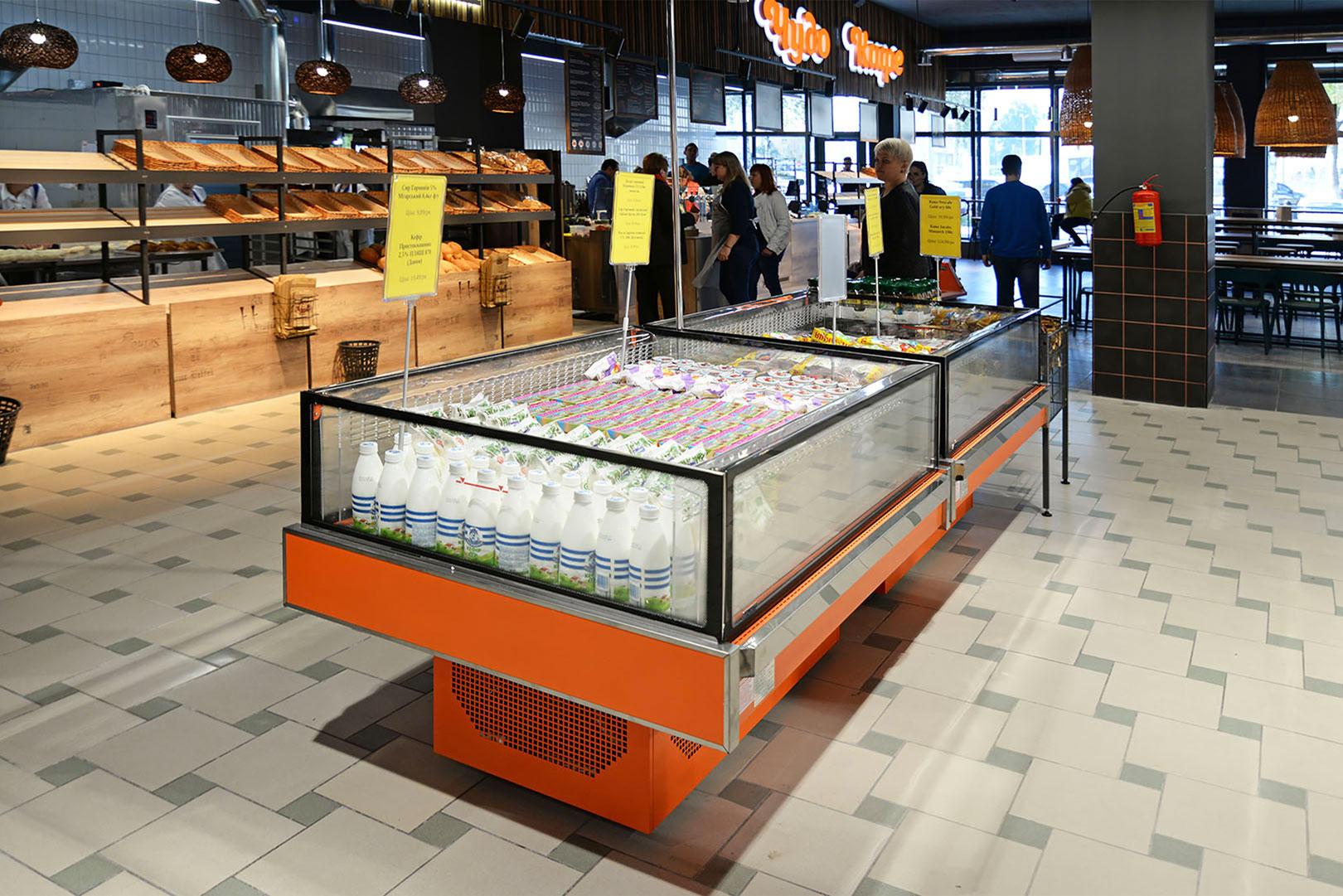 """Präsentationsvitrinen Virginia AC 120 deli self A im Supermarkt """"Chudo Market"""""""