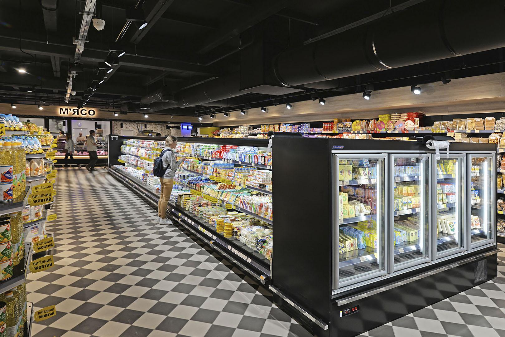 """Schrägvitrinen Indiana eco AV 070 LT D A im Supermarkt """"Delikat"""""""